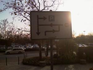 Wegweiser sieht so aus wie die Kirchhoff'sche Knotenregel in der Elektrotechnik