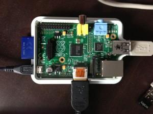 Raspberry Pi mit offenem Gehäuse und WLAN-Nano-Stick, klicken um zu vergrößern